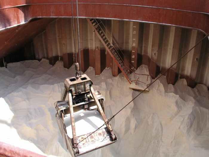 discharging-bulk-sugar